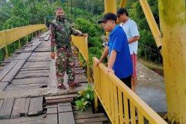 Pemkab Mukomuko batasi kendaraan lewat jembatan rusak