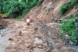 Akses jalan penghubung dua kecamatan di Lumajang tertimbun longsor