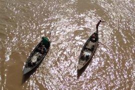 Berbekal selang, aksi penyelam tradisional jadi totonan pengunjung Jembatan Gentala