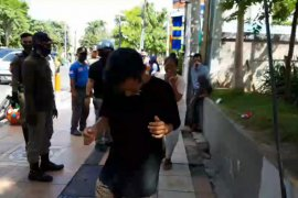 Pelanggar Perwali Surabaya disanksi penyitaan KTP hingga joget