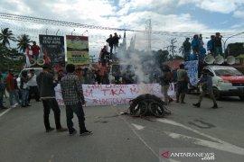 "Tolak kedatangan 500 TKA, massa ""sweeping"" kendaraan dari Bandara Haluoleo"