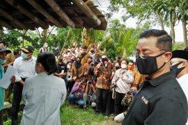 Mensos Juliari P Batubara  serahkan bantuan ke warga Tangerang terdampak COVID-19
