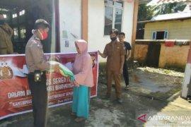 Polisi Mukomuko serahkan bantuan beras kepada warga