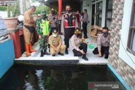 Polres Sukabumi Kota bagikan paket bahan pokok ke warga terdampak pandemi