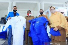 Serahkan APD tenaga medis, wali kota apresiasi KNPI Banda Aceh