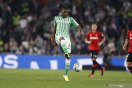 Gelandang asal Portugal William Carvalho sepakat bergabung dengan Leicester City