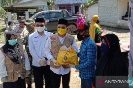 Bupati serahkan 286 paket sembako ke Pulau Sebuku