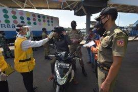 Ratusan pendatang jalani pemeriksaan COVID-19 di Pelabuhan Padangbai-Bali
