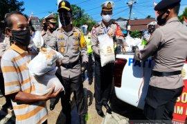 Polda Kalsel membagikan 5.330 paket sembako sambut Hari Bhayangkara