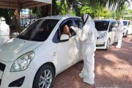 South Kalimantan Police holds a drive through mass swab test