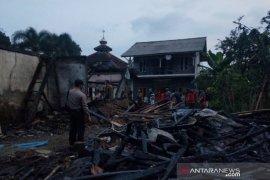 Seratusan santri terpaksa mengungsi karena pondok pesantren terbakar
