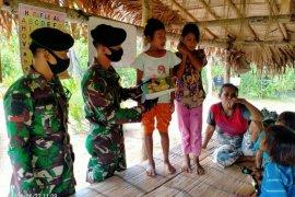 Suku Togutil dapat bantuan alat tulis dari TNI