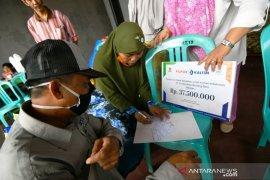 Respon Cepat UPZ Pupuk Kaltim, Salurkan Bantuan bagi Korban Kebakaran Kampung Jawa