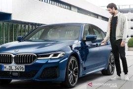 BMW seri 5 bisa dihidupkan mesinnya pakai iPhone iOS 13