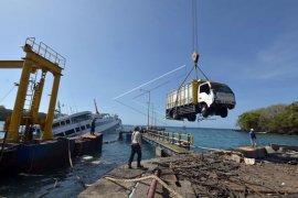 Evakuasi muatan kapal Dharma Rucitra III