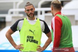 Newcastle United  umumkan kesepakatan perpanjangan kontrak Carroll, Manquillo