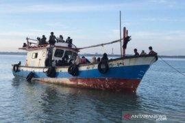 Nelayan Aceh  bantu pengungsi Rohingya yang kapalnya rusak di perairan Seunuddon