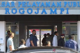 Jokowi visits Rogojampi market after inspecting Surabaya