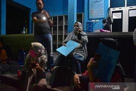 Dugaan kecurangan PPDB SMAN 8 Pekanbaru, puluhan warga bertahan sampai malam di sekolah