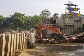 Pembongkaran dinding turap ilegal sungai Cibeet