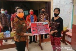 Karolin serahkan BLT DD kepada masyarakat Desa Hilir Tengah