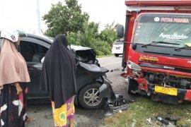Hilang kendali, Xenia hantam mobil pengangkut gas LPG hingga ringset di Aceh Jaya