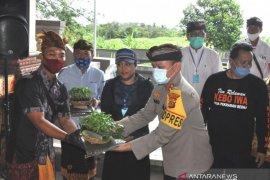 Bupati Tabanan bagikan 133.000 bibit cabai kepada petani terdampak COVID-19