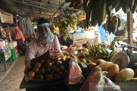 Pedagang Pasar Sekip Ujung Terima Bantuan Pelindung Diri Page 2 Small