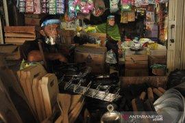 Pedagang Pasar Sekip Ujung Terima Bantuan Pelindung Diri Page 3 Small