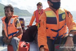 Seorang nelayan tua ditemukan selamat setelah dua hari hilang