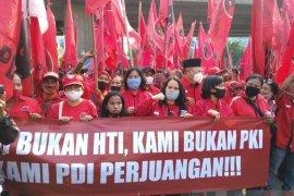 Simpatisan PDIP demo terkait pembakaran bendera partai