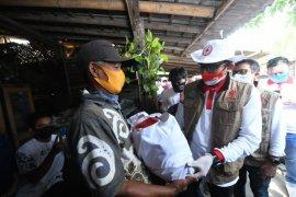 Sandiaga Salahuddin  Uno bagikan 350 paket sembako kepada pemulung