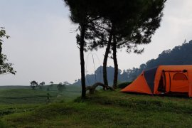 UI bina pengelola wisata kemping Gunung Luhur di Bogor hadapi era normal baru