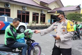 Kapolres Langkat bagikan 500 paket sembako UTt Bhayangkara