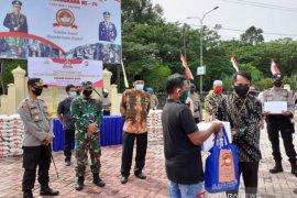 Polres Nagan Raya salurkan 250 paket sembako untuk warga terdampak COVID-19