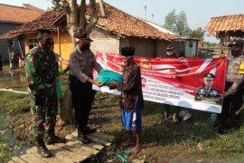 Peringati Hari Bhayangkara ke-74, Polres Subang salurkan sembako kepada warga pesisir utara