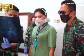 Kasad Jenderal TNI Andika Perkasa dan istri jenguk korban kecelakaan heli di Semarang