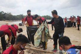 Anggota Polres Bangka Barat gelar bersih pantai Teluk Inggris Mentok