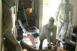 Tim Dokpol RS Bhayangkara Anton Soedjarwo Pontianak mengevakuasi jenazah lansia
