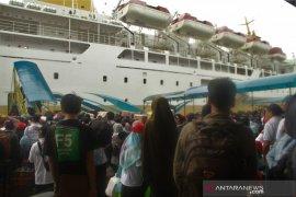 Penumpang kapal laut Pelni  yang transit dilarang turun  ke pelabuhan