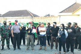 Tim GTPP Bali edukasi protokol kesehatan kepada pedagang di pasar desa adat