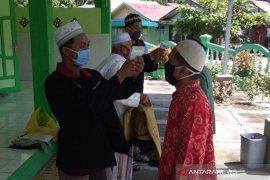Protokol kesehatan, mahasiswa UMM bantu cek suhu tubuh jemaah Shalat Jum'at