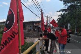 Kader PDIP pasang seribu bendera partai di jalanan perkotaan Garut