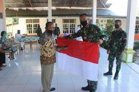 Satgas Pamtas Yonif 142/KJ berikan Bendera Merah Putih dan Alkitab