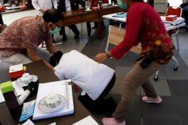 Wali Kota Risma sujud saat audiensi dengan IDI dan Persi (Video)