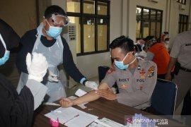 Polres Bangka Barat gelar tes cepat massal untuk cegah COVID-19