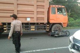 Senggolan dengan becak, seorang remaja terjatuh dan tewas terlindas truk