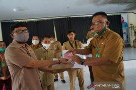 Dinas Dukcapil Kabupaten Gorontalo serahkan KIA untuk siswa