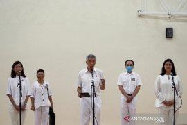 Warga Singapura kenakan masker dan sarung tangan jalani Pemilu di tengah pandemi