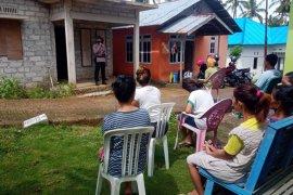 Personil Brimob Polda Maluku bantu sosialisasi aturan PSBB
